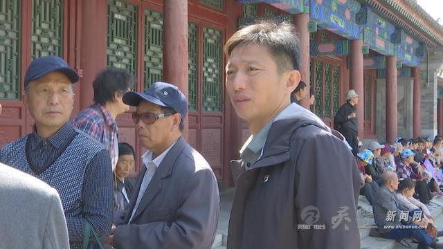 安徽灵璧两兄弟献爱心 家乡老年人免费游北京
