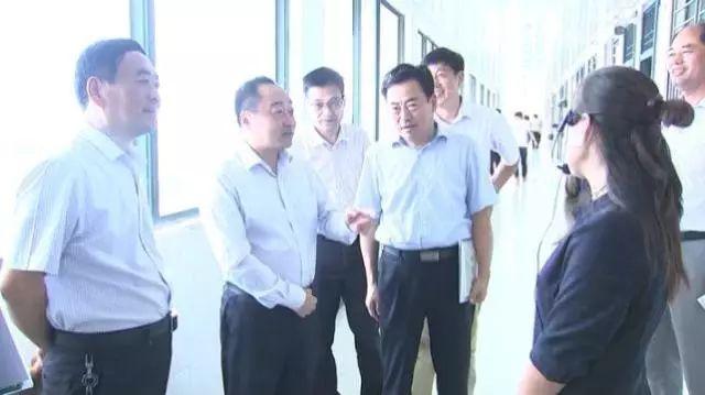 灵璧县县委书记刘博夫深入课堂听课