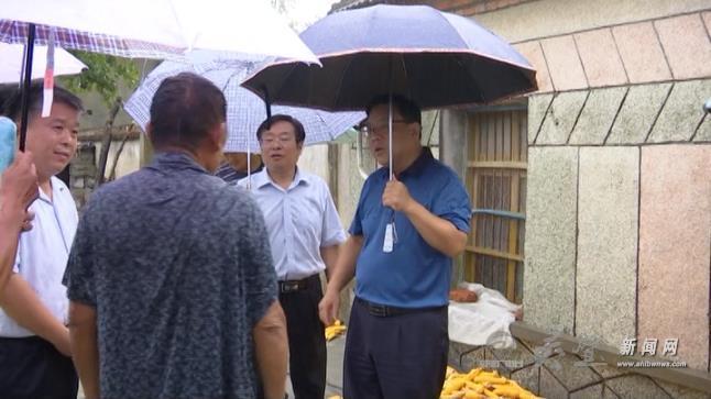 县长曾超冒雨到黄湾走访慰问贫困群众