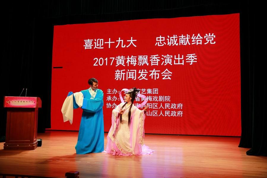 邬云和张小威现场演唱精彩唱段上传.jpg