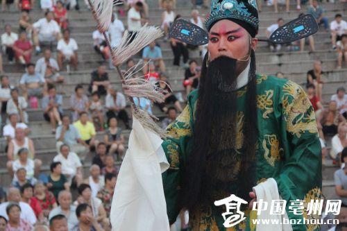 """亳州:戏曲消暑 市民解""""渴"""""""