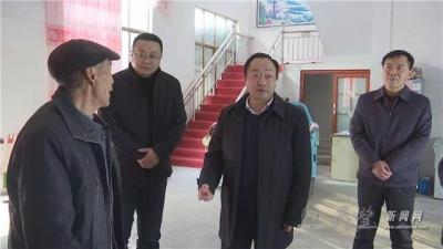 县委书记刘博夫走访慰问老党员和困难群众