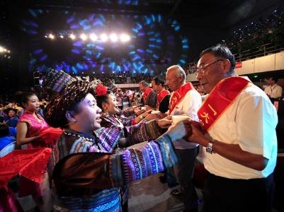 【镜头】中国农民歌会激情唱响全城