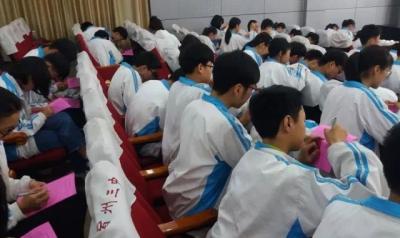 """宿州三中开展""""学生资助诚信教育宣誓及签名""""活动"""