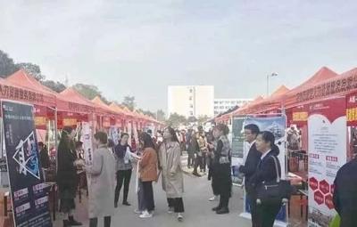 """300多家企业秋季人才交流大会""""招兵买马"""""""