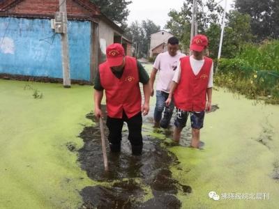萧县阳光爱心协会组织爱心志愿者,前往赵庄镇清淤排涝,助力灾区群众恢复生产生活正常秩序。