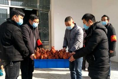 村民送烤鸭,暖心助力抗疫情