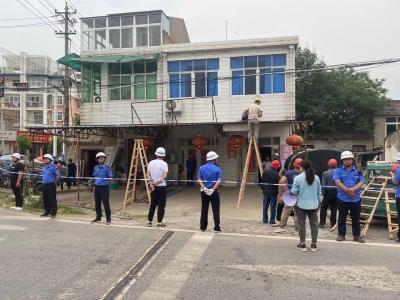 县城管局建设监察大队对城市出入口的违建进行整治拆除