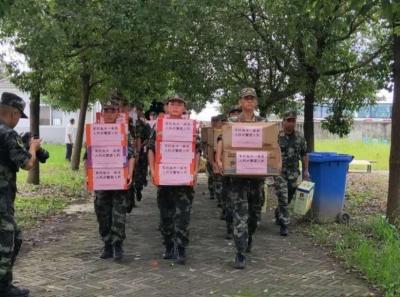 乌江镇:驰援武警官兵休整间隙看望慰问驻地敬老院老人